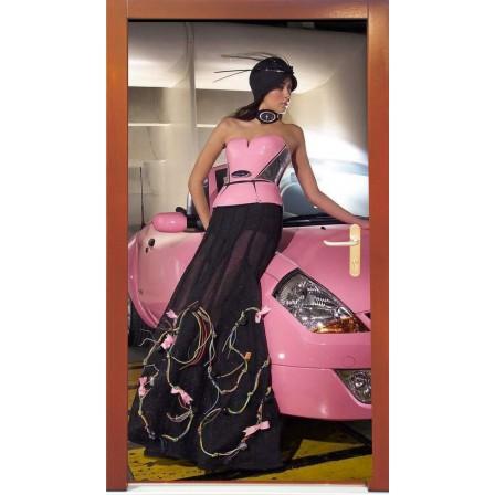 Naklejka na drzwi - kobieta przy różowym samochodzie