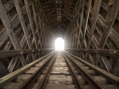 Tunel drewno pociąg szyny