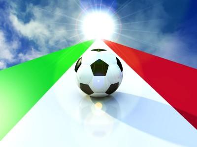 Piłka na fladze włoskiej lecąca w stronę słońca