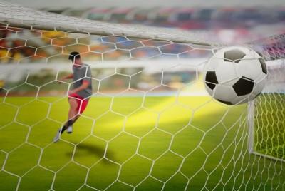 Piłkarz trafiający do bramki, piłka nożna stadion kibice