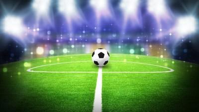 Piłka na boisku, światła skierowane na piłkę, piłka nożna, stadion, reflektory