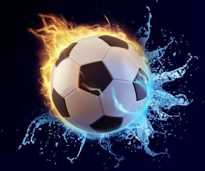 piłka po jednej stronie z ogniem a z drugiej woda, piłka nożna czarne tło