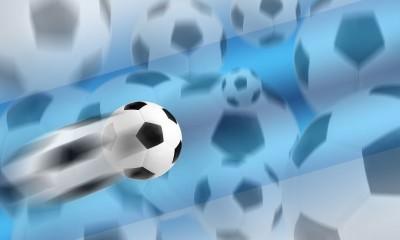 Piłka lecąca, rozmazana piłka, piłki niebieskie tło piłka nożna