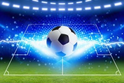 Piłka z promieniami prądu piłka na boisku piłka nożna zielona trawa stadion niebieska obręcz światła