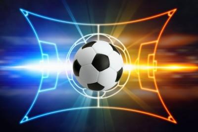 Piłka na boisku pomarańczowo niebieskim piłka nożna czarne tło