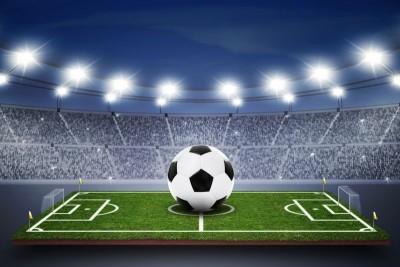 Duża piłka na małym boisku stadion kibice piłka nożna