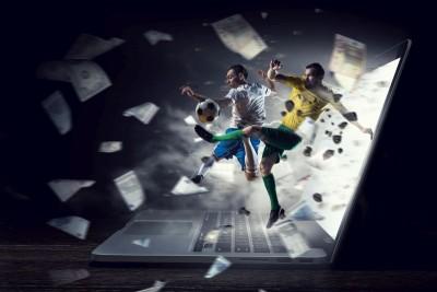 Piłkarze z piłką wychodzący z laptopa pieniądze piłka nożna