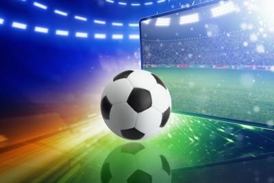 Piłka przy telewizorze piłka nożna stadion murawa niebieski