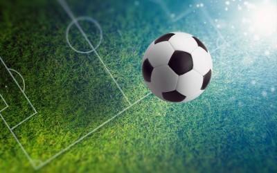 Piłka lecąca na małe boisko piłka nożna stadion