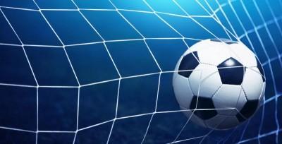 Piłka w bramce niebieskie tło siatka piłka nożna