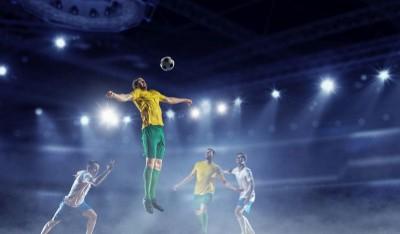 Piłkarz odbijający piłkę piersią zawodnicy piłkarze piłka nożna szary dym światła