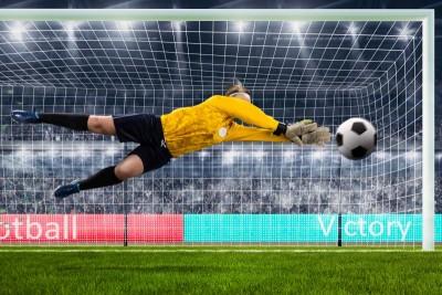Bramkarz obijający piłkę piłka nożna kobieta bramka siatka kibice