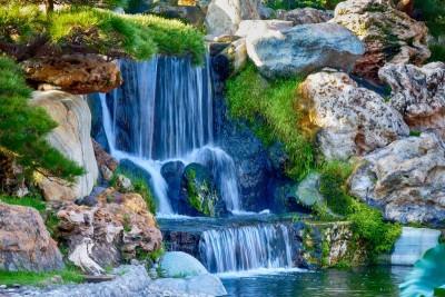 Wodospad wśród skał i zieleni