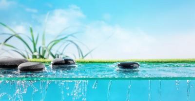 Błękitna woda z kamieniami