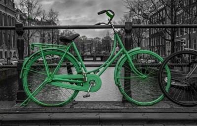 Most zielony rower szarości budynki miasto