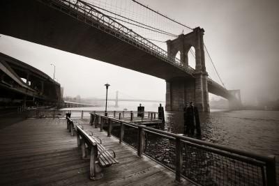 Most rzeka miasto szarości ławka latarnie