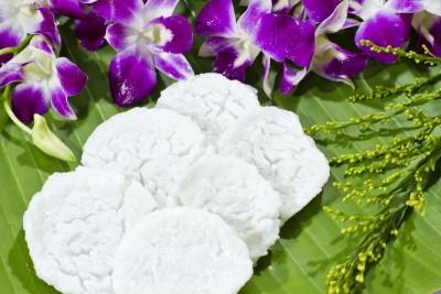 Fioletowe kwiaty- zielone tło