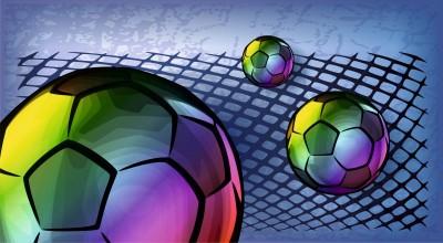 Kolorowe piłki na siatce niebieskie tło piłka nożna