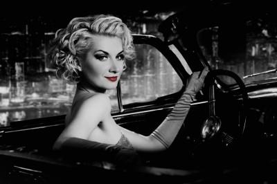 Kobieta  w czarnym samochodzie Monroe auto