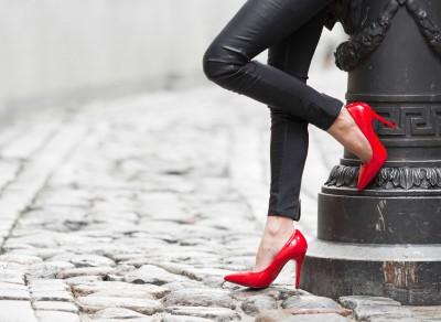 Kobieta  w  czerwonych butach szpilki ulica