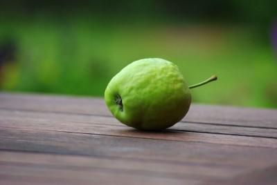 jabłko na drewnie