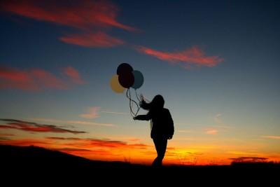 kobieta, balony,zachód słońca